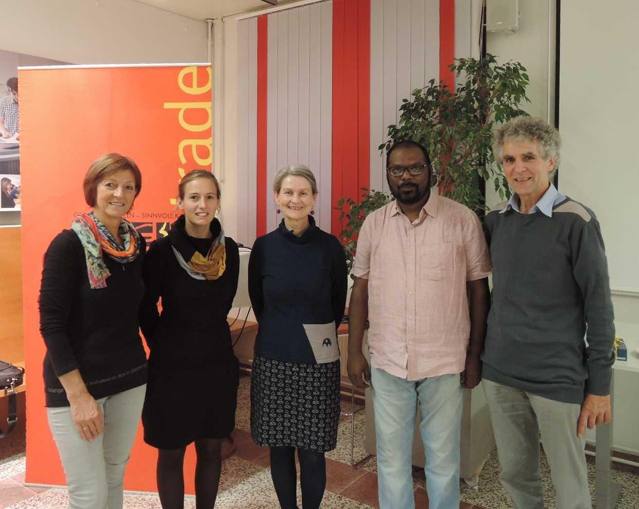 Referent Srikar Yenuka mit Übersetzerin Andrea Reitinger und den Weltladenverantwortlichen.JPG