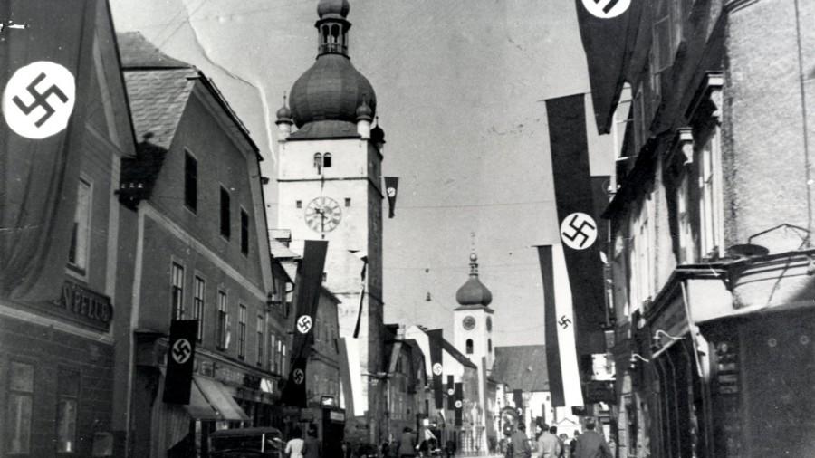 1938 bis 45 HWY 13040-1 Oberer Stadtplatz NS Zeit Hakenkreuz beflaggt.jpg